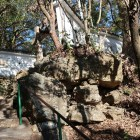 二ノ門跡。巨石を組み合わせた石垣が残る