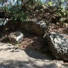 一ノ門跡。巨石を道沿いに立て並べていた