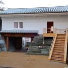 山里口御門の櫓門を内側から。屋根瓦は笏谷石