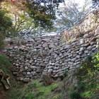 上台所から天守台への通路を支える二段の石垣