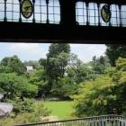 竹の丸屋敷からみる庭とステンドグラス