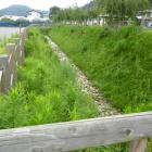 麓の駐車場脇にあった復元水堀跡