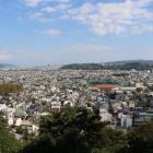 東に見える山は愛宕山城のある愛宕山