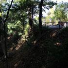 城址の西にある空堀跡。高低差は3~4m程でしょうか。