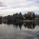 三田御池と陣屋跡遠望。