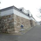 復元された石垣と土塀