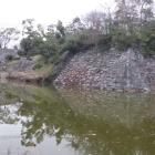 内堀と毘沙門郭の石垣。