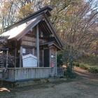 高尾天神社、奥が登城口