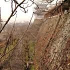 ②写真①と同じアングル。平成17年に備中櫓が発掘成果に基づき復元されました。