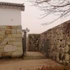 ④写真③と同じアングル。平成13年に南側石垣と共に修復されました。2006年に太鼓塀も復元されています。