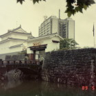 ②写真①と同じアングル。平成元年撮影。 巽櫓が復元されています。高麗門跡には駿府博のための仮設の門があります。