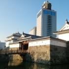 ③写真①と同じアングル。平成31年撮影。 東御門も復元されています。奥の高層ビルは静岡県庁別館。ここの21F展望ロビー(無料)からは、駿府城全体を見下ろすことができる穴場スポットです。