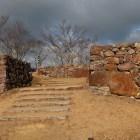 主郭の門跡。鏡石的な巨石が目を引く