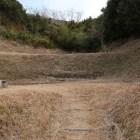 南郭。東郭と西郭に挟まれた谷間の三段の削平地