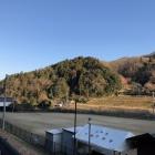勝山城跡を遠望。