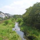 南を流れる野川。左奥の林辺りが深大寺城跡