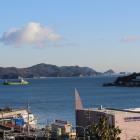 城山公園から見た答志島。右に突き出た山が首塚の山。