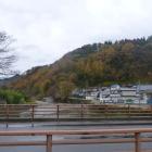 城下から見た城山。手前は熊原川。