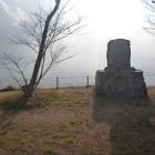城下の島津軍を見下ろすように建つ城址碑