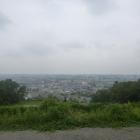 城山から北の眺め。真ん中右に多摩川の多摩川原橋