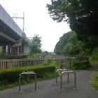 穴澤神社前から。正面が三沢川。右が城山。