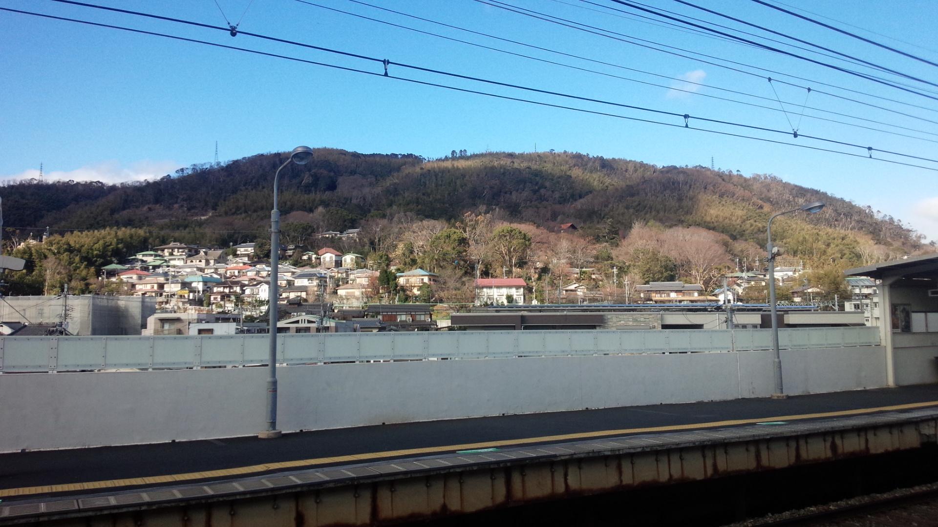 阪急大山崎駅構内より、天王山を望む。
