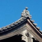 旧切手門の屋根瓦。葵の御紋と五三の桐。