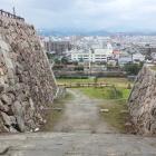 二ノ丸裏御門跡より、市内を望む。左に三階櫓跡。