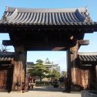 月照寺の旧切手門。堂々とした佇まい。