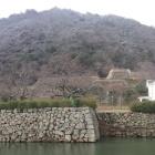 内堀から、仁風閣と二ノ丸、そして久松山。
