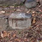 天守台石段には宝筐印塔の転用石が。