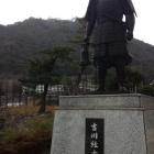 吉川経家像と久松山。