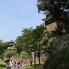 尼が淵から見る西櫓(奥)・南櫓(手前)