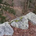 矢穴のある天守台端の石垣。足がすくむ高さ!
