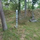 本郭の周囲は土塁に囲まれている。