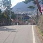 神社前の道路も堀切の跡か?
