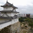 天守台から見る坤櫓と明石の街並み。