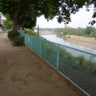 フェンスの向うは烏川