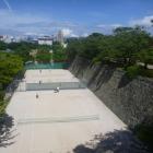 庭球場と石垣