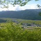 山頂から会津田島の盆地の景色