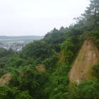 北側は急峻な崖