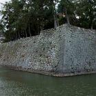 北側から石垣を臨む