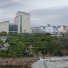 ④写真③と同じアングル。2019.1.5撮影。矢印の位置に桜御門が平成31年度完成予定で復元工事が開始される予定です。(諸事情で少し遅れていますが😢) 披雲閣の向こう側の東の丸には、1988年に県民ホール(左側)、1999年に香川県立ミュージアムが建てられました。