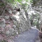 道沿いに続く石垣