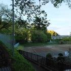 テニスコートの周りは土塁かなぁ