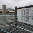 こちら道路沿いの駐車場内に石和本陣碑と解説