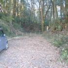 登城口前の駐車スペース・高土塁が目に入る