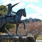 尼子恒久像と月山富田城の遠景