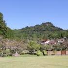 久留島陣屋御殿跡から角牟礼城を見上げる