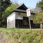 登城口から直上の帯曲輪分岐点、松の丸へ、二の丸へ、本丸へ(建物トイレ)